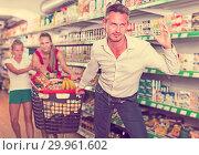 Купить «frustration man with family in supermarket», фото № 29961602, снято 11 июля 2017 г. (c) Яков Филимонов / Фотобанк Лори