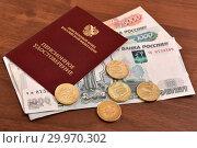 Пенсионное удостоверение и деньги (2019 год). Редакционное фото, фотограф Юрий Морозов / Фотобанк Лори