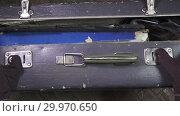 Купить «Close up on vintage brown suitcases lock», видеоролик № 29970650, снято 11 февраля 2009 г. (c) Куликов Константин / Фотобанк Лори