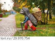 Купить «Москва. Поляна сказок на улице Рокотова, скульптура ёжик с корзинкой», эксклюзивное фото № 29970754, снято 15 октября 2017 г. (c) Dmitry29 / Фотобанк Лори