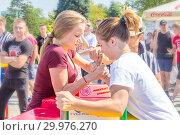 Купить «Russia, Samara, August, 2018: arm wrestling among girls on the Volga River Embankment on a sunny summer day», фото № 29976270, снято 11 августа 2018 г. (c) Акиньшин Владимир / Фотобанк Лори