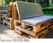 Купить «Мебель, сделанная из старых грузовых поддонов», фото № 29976886, снято 20 августа 2018 г. (c) Вячеслав Палес / Фотобанк Лори