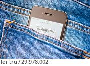 Купить «Сайт Instagram на экране телефона. Смартфон в заднем кармане джинсовых штанов», фото № 29978002, снято 17 февраля 2019 г. (c) Екатерина Овсянникова / Фотобанк Лори