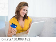 Pretty blonde using her credit card to buy online. Стоковое фото, агентство Wavebreak Media / Фотобанк Лори