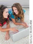 Купить «Two young female friends using laptop at home», фото № 30035458, снято 14 августа 2013 г. (c) Wavebreak Media / Фотобанк Лори