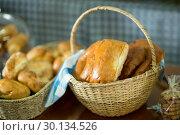 Купить «Close-up of fresh bread in a wicker basket on counter», фото № 30134526, снято 4 октября 2016 г. (c) Wavebreak Media / Фотобанк Лори
