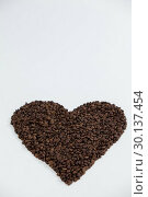 Купить «Coffee beans forming heart shaped», фото № 30137454, снято 6 октября 2016 г. (c) Wavebreak Media / Фотобанк Лори