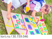Купить «Russia Samara August 2018: Children's drawing workshop in the park on the grass», фото № 30159046, снято 25 августа 2018 г. (c) Акиньшин Владимир / Фотобанк Лори