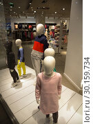 Купить «Poland, Bytom - faceless mannequins of the fashion chain H & M represent a family», фото № 30159734, снято 28 февраля 2018 г. (c) Caro Photoagency / Фотобанк Лори