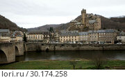 Купить «Picturesque view of French medieval village Estaing on Lot river», видеоролик № 30174258, снято 29 января 2019 г. (c) Яков Филимонов / Фотобанк Лори