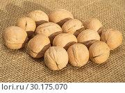 Купить «Грецкие орехи на мешковине», фото № 30175070, снято 17 октября 2018 г. (c) Елена Коромыслова / Фотобанк Лори
