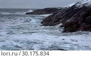 Прибой у прибрежных скал зимним сумрачным днем. Берег Баренцева моря, Россия. Стоковое видео, видеограф Виктор Карасев / Фотобанк Лори