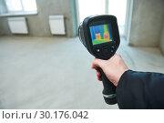 Купить «thermal imaging camera inspection for temperature check and finding heating pipes», фото № 30176042, снято 18 февраля 2019 г. (c) Дмитрий Калиновский / Фотобанк Лори