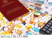 Купить «Пенсионное удостоверение, таблетки и деньги», эксклюзивное фото № 30177486, снято 24 февраля 2019 г. (c) Юрий Морозов / Фотобанк Лори