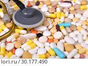 Купить «Разноцветные таблетки, капсулы и стетоскоп», эксклюзивное фото № 30177490, снято 24 февраля 2019 г. (c) Юрий Морозов / Фотобанк Лори