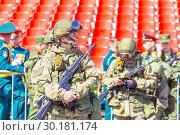 Купить «Russia Samara May 2018: Soldiers with automatic weapons.», фото № 30181174, снято 5 мая 2018 г. (c) Акиньшин Владимир / Фотобанк Лори