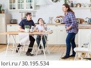 Испуганный муж и дочь смотрят на беременную женщину с преждевременными схватками. Стоковое фото, фотограф Кекяляйнен Андрей / Фотобанк Лори