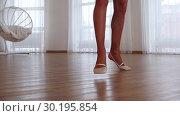 Купить «Legs of young ballerina spinning around on pointe», видеоролик № 30195854, снято 27 мая 2020 г. (c) Константин Шишкин / Фотобанк Лори