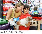 Купить «Family choosing dogs accessories», фото № 30195962, снято 22 августа 2018 г. (c) Яков Филимонов / Фотобанк Лори