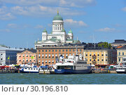 South Harbor with ships on background of Evangelical Lutheran cathedral of Diocese. Helsinki (2018 год). Редакционное фото, фотограф Валерия Попова / Фотобанк Лори