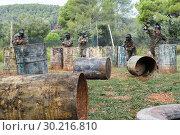 Купить «Group of people playing paintball», фото № 30216810, снято 22 сентября 2018 г. (c) Яков Филимонов / Фотобанк Лори