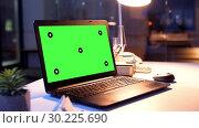 Купить «laptop computer with green screen at night office», видеоролик № 30225690, снято 17 октября 2019 г. (c) Syda Productions / Фотобанк Лори