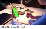 Купить «businesswoman with green screen on smartphone», видеоролик № 30225702, снято 19 апреля 2019 г. (c) Syda Productions / Фотобанк Лори