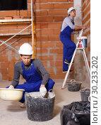 Купить «Builders in process of repair», фото № 30233202, снято 12 февраля 2019 г. (c) Яков Филимонов / Фотобанк Лори