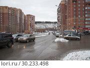 Купить «Автомобили стоят на дороге на фоне многоэтажек в новом жилом микрорайоне. Новосибирск.», фото № 30233498, снято 8 ноября 2017 г. (c) Светлана Попова / Фотобанк Лори