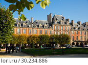 Купить «Place des Vosges, Paris», фото № 30234886, снято 10 октября 2018 г. (c) Яков Филимонов / Фотобанк Лори