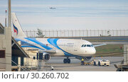 Купить «Airplane Airbus 320 towing», видеоролик № 30260702, снято 1 декабря 2018 г. (c) Игорь Жоров / Фотобанк Лори