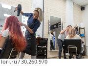Купить «Рабочий момент в салоне парикмахерской в обычный день», фото № 30260970, снято 28 февраля 2019 г. (c) Светлана Попова / Фотобанк Лори