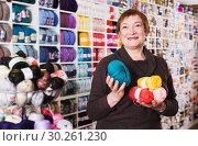 Woman in needlework shop. Стоковое фото, фотограф Яков Филимонов / Фотобанк Лори