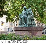"""Купить «Скульптура """"Topelius ja lapset"""". Хельсинки. Финляндия», фото № 30272626, снято 20 сентября 2018 г. (c) E. O. / Фотобанк Лори"""