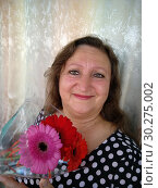 Portrait of a middle-aged woman with a bouquet of flowers gerbera. Стоковое фото, фотограф Дмитрий Морозов / Фотобанк Лори