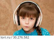 Купить «Ребенок в наушниках слушает музыку», фото № 30276582, снято 14 января 2019 г. (c) WalDeMarus / Фотобанк Лори
