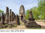 На руинах древнего буддистского храма Wat Phra Pai Luang жарким солнечным днем. Сукхотай, Таиланд (2018 год). Стоковое фото, фотограф Виктор Карасев / Фотобанк Лори