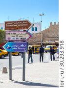 Купить «Центральная часть города Сусс с указателями направления. Тунис, Африка», фото № 30293918, снято 6 мая 2012 г. (c) Кекяляйнен Андрей / Фотобанк Лори