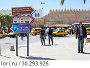 Купить «Центральная часть города Сусс с указателями направления. Тунис, Африка», фото № 30293926, снято 6 мая 2012 г. (c) Кекяляйнен Андрей / Фотобанк Лори