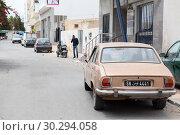 Купить «Улицы города Сусс. Автомобили, припаркованные на дороге. Тунис, Африка», фото № 30294058, снято 7 мая 2012 г. (c) Кекяляйнен Андрей / Фотобанк Лори