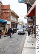 Купить «Городская улица с машинами и прохожими в провинциальном городке Туниса, Африка», фото № 30294074, снято 7 мая 2012 г. (c) Кекяляйнен Андрей / Фотобанк Лори