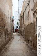 Купить «Узкие проходы во внутренние дворы жилых домов в городе Сусс, Тунис, Африка», фото № 30294082, снято 7 мая 2012 г. (c) Кекяляйнен Андрей / Фотобанк Лори
