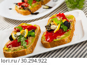 Купить «Sandwich with canned tuna, guacamole, olives, arugula and Feta cheese is tasty dish», фото № 30294922, снято 22 июня 2018 г. (c) Яков Филимонов / Фотобанк Лори