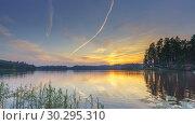 Купить «Timelapse of calm beautiful sunset over forest lake», видеоролик № 30295310, снято 11 марта 2019 г. (c) Sergey Borisov / Фотобанк Лори