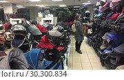 Купить «Женщина выбирает коляску в детском магазине», видеоролик № 30300834, снято 12 марта 2019 г. (c) Кекяляйнен Андрей / Фотобанк Лори