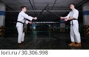 Купить «Two men greeting each other before the training sword fight», видеоролик № 30306998, снято 8 июля 2020 г. (c) Константин Шишкин / Фотобанк Лори