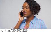 Купить «happy african american woman calling on smartphone», видеоролик № 30307226, снято 10 марта 2019 г. (c) Syda Productions / Фотобанк Лори