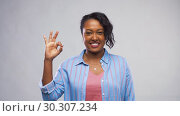 Купить «happy african american woman showing ok hand sign», видеоролик № 30307234, снято 10 марта 2019 г. (c) Syda Productions / Фотобанк Лори