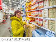 Купить «Russia Samara March 2019: beautiful mature women choose flour in a supermarket. Wheat flour, magician, buns, staroskol'skaya, rye, discount, sugar, extra», фото № 30314242, снято 1 марта 2019 г. (c) Акиньшин Владимир / Фотобанк Лори