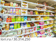 Купить «Russia Samara March 2019: Choosing diabetic products at a mall. Text in Russian: fructose, live sweets, sugar-free, for health, tonic sweets, useful, longevity, tapioca starch, drinking cellulose», фото № 30314250, снято 1 марта 2019 г. (c) Акиньшин Владимир / Фотобанк Лори